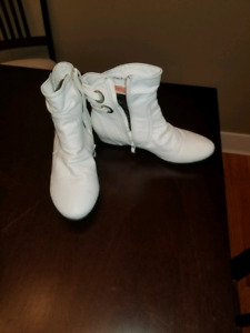 Women's white boots -size 7