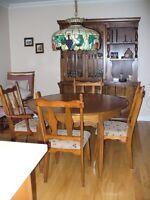 Mobilier de salle à manger, dont une table, 4 chaises, un buffet
