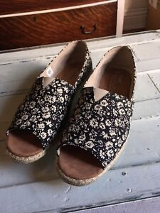 Size 9 TOMS shoes Cambridge Kitchener Area image 1