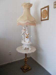 Lampes de porcelaine et table de marbre