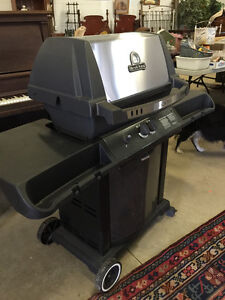 Broil King Crown BBQ_buy at Live Auction Wed, May 25 in Petrolia