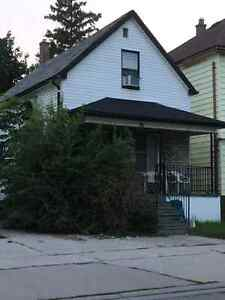 Nice 4 Bedroom home just a few block from U of Windsor $875+++