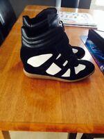 Skechers souliers compensés.