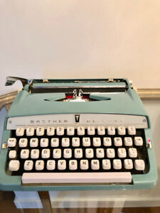 Stunning portable BROTHER DE LUXE typewriter 1964