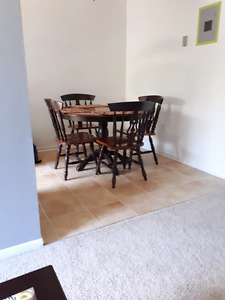 Maple pedestal table/chairs set