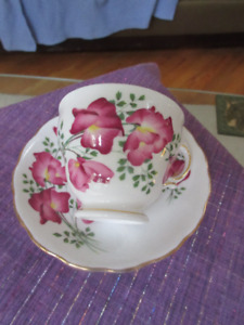 Pretty Bone China Cup & Saucer Royal Vale England - Sweet Peas