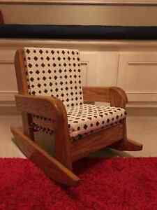 Child-size rocking chair/ Chaise bercante pour enfant