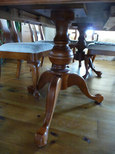 GORGEOUS DINING TABLE w/ 8 CHAIRS Cornwall Ontario image 2