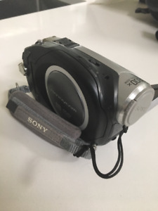 SONY DIGITAL CAMERA WITH HAND BAG INCLUDED