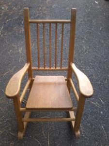 Chaise berçante d'enfant en bois