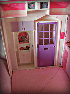 BARBIE ~ HOUSE (FOLDS OUT TO 3 ROOMS) W/BATTERY LAMP IN WINDOW Kitchener / Waterloo Kitchener Area image 5