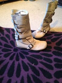 Beige suede boots good condition siZe 5
