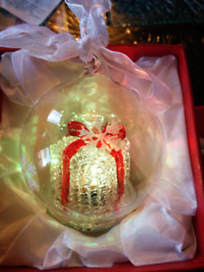 BEST CHRISTMAS GIFT - NEW: GLASS LIGHT CHANGES ORNAMENT