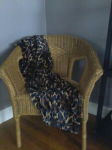 REVERSIBLE LEOPARD PRINT/BLACK THROW & PICTURE