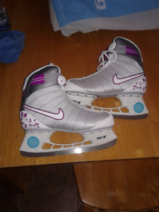Women's sz7 NIKE skates never worn!!