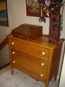 VINTAGE MAPLE DRESSER ON WHEELS, 3 DRAWERS
