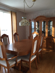 Beautiful dining room suite. Table with six chairs and hutch