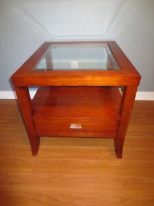 Élégante table de bout en bois franc avec tiroir et vitre.