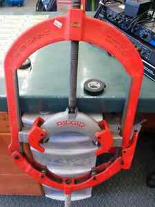 Rigid hinged pipe cutter
