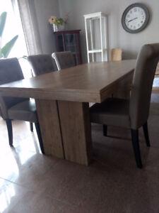 Solid wood dinner table/ Table salle à manger en bois massif