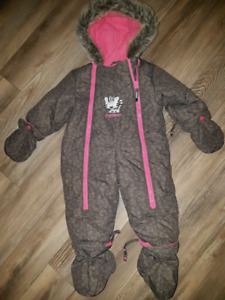 OshKosh. Size 12-18 mths. Excellent condition!!