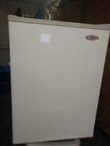 Haier 2.7 cu. ft. Compact Refrigerator and Freezer, WHITE