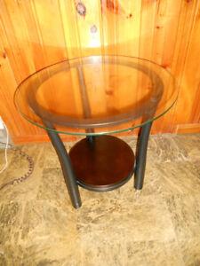 2 tables bases et une du centre 2 lampes