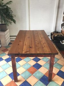 Jolie table antique avec 6 chaises à vendre! (Négociable)