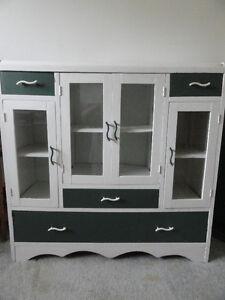 """Vaisselier des """" Années 50 """" , en bois, à vendre."""