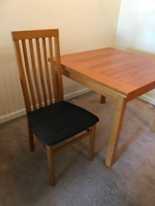 Expandable solid wood kitchen table with 4 chairs