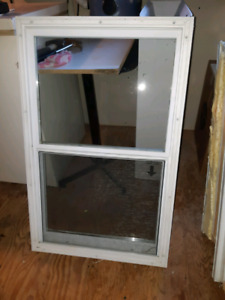 3 fenêtres à vendre en bon état.