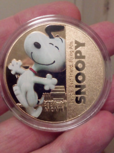 LARGE 40mm SNOOPY THE PEANUTS MOVIE GOLD PLATED COIN.
