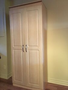 Five shelf armoire in great condition-Armoire en mélamine