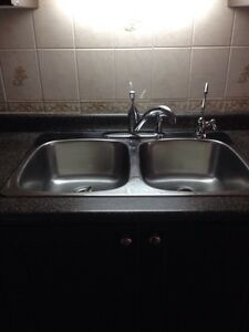 Delta single handle faucet with sprayer Cambridge Kitchener Area image 2