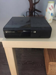 XBOX 360 E (2013) : Games/Controllers/HDMI cord included