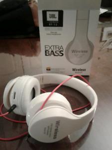 Wireless headphones with radio