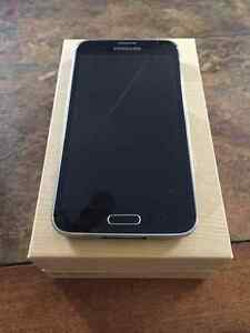 SAMSUNG S5 w all accessories and 2 cases