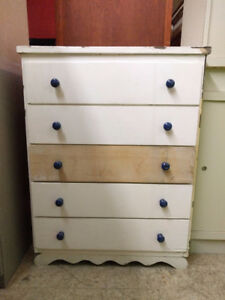 White tallboy dresser w 5 drawers - Commode blanche avec tiroirs