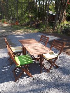 Table de patio avec 4  chaises