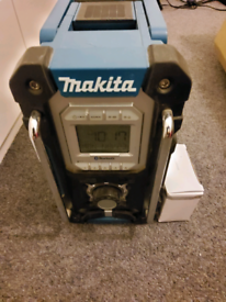 MAKITA DMR106 RADIO HARDLY USED