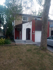 Beautiful end unit Townhouse in Meadowvale to rent