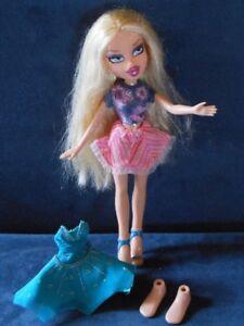 Barbie Bratz blonde avec vêtements et pieds de rechange