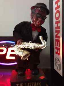 TALENTED JAZZ MAN PLAYS SAXOPHONE