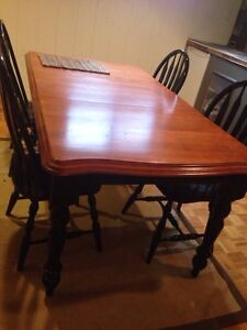 Black and honey dining room kitchen table with 4 chairs West Island Greater Montréal image 1