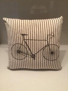 2 Coussins Décoratifs - beige et marron au motif vélo