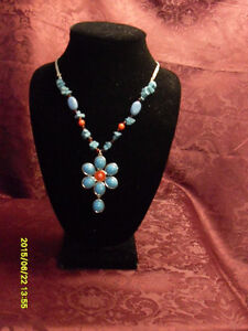 Avon - Blue flower necklace (never worn)
