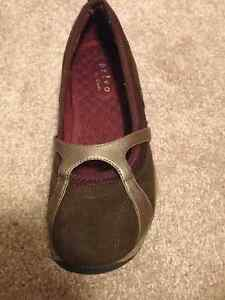Shoes size 5 London Ontario image 2