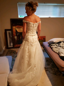 Beautiful size 8 wedding dress! new with tags, never worn!