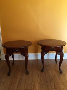 Deux belles petites tables pour le salon ou la chambre.