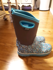 Youth girls Bogs (size 6) $50 excellent condition